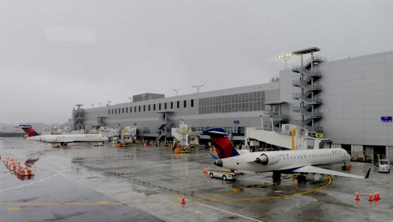 Autoridades del Aeropuerto LaGuardia en Nueva York activaron los protocolos de seguridad por paquete sospechoso.
