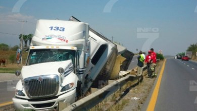 Photo of Vuelca tráiler en Linares y le roban carga