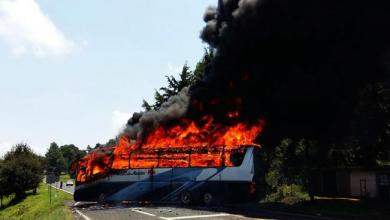 Photo of Normalistas incendian camión y bloquean carretera en Michoacán
