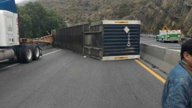 Photo of Volcadura de doble rremolque deja la carretera 57 cerrada