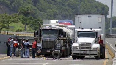 Photo of Siguen retenciones y quema de camiones en Michoacán