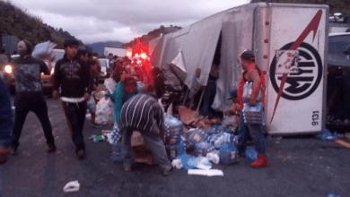 Photo of Camión con viveres para damnificados se voltea y es saqueado