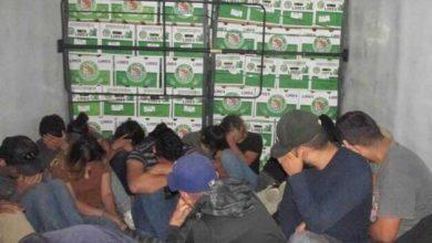 Photo of Encuentran 150 migrantes en tres camiones de carga en Texas