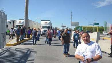 Photo of Operadores se manifiestan y bloquean cruce a Reynosa – Pharr