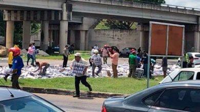 Photo of Con todo la rapiña por volcadura de camión con cerveza