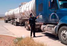 Photo of Lo detienen por polarizado, pero transportaba 60,000 litros de Huachicol