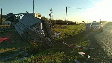 Photo of (Video) Camión se queda en medio de las vías y se lo lleva el tren