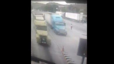 Photo of (Video) Trailer se queda sin frenos y federales le ayudan a cruzar caseta