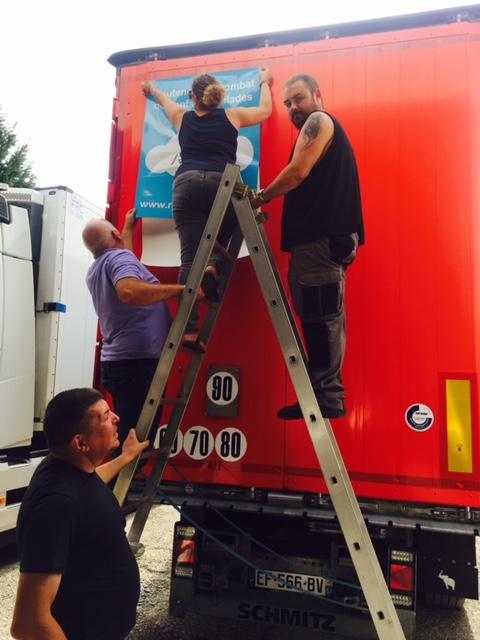 Mise en place sur un de nos camions transports MEYER et LORMARC de l'autocollant de l'association Rafael Lorraine.