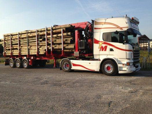 Un de nos camions en mission avec des poteaux électriques et téléphoniques.