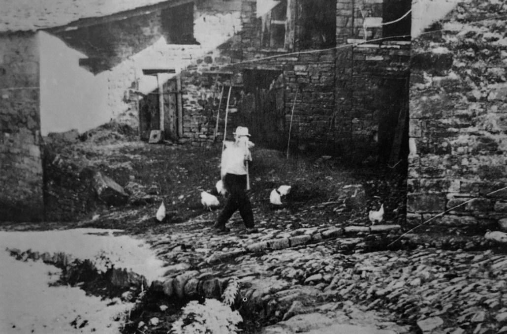 Anni 50. Pietro Zuccherelli nei pressi del fienile della Villa