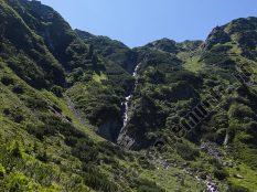 Cascada aproape de Curmatura Pojarnei