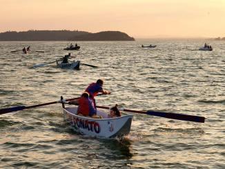 A Passignano sale la temperatura per il finale del Palio delle Barche