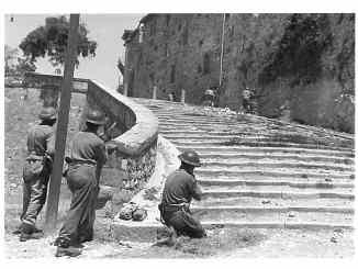 Soldati_inglesi_entrano a Castiglione del Lago