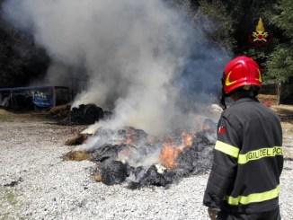 Incendio rotoballe nei pressi di Città della Pieve, squadre di vigili del fuoco