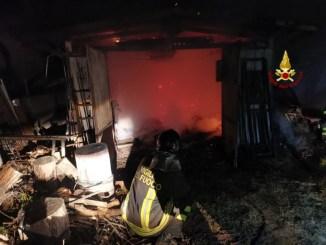 Lago, Incendio nella notte a Sant'Arcangelo, a fuoco rimessa agricola