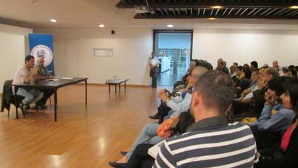 Los asistentes escucharon atentos las intervenciones de Álvarez y Gil.