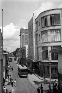 Pereira años cincuenta, carrera octava entre calles 18 y 19, a la derecha El Teatro Caldas. Foto Donato García. Archivo Javier García.