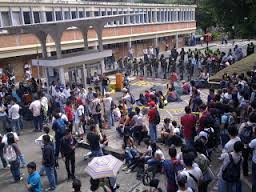 El rector Luis Enrique Arango ha sorteado con éxito múltiples protestas estudiantiles que cuestionan la legalidad de sus reelecciones. Foto: Olga Ríos