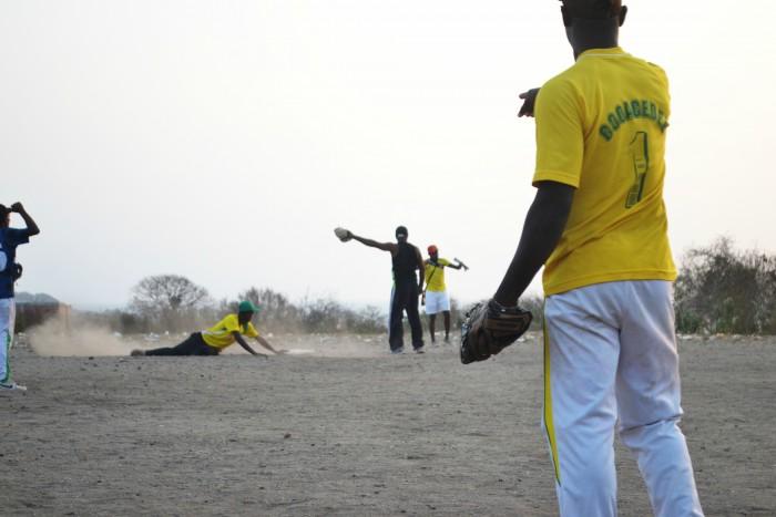 El softball es el deporte que une a todas las familias de la isla.