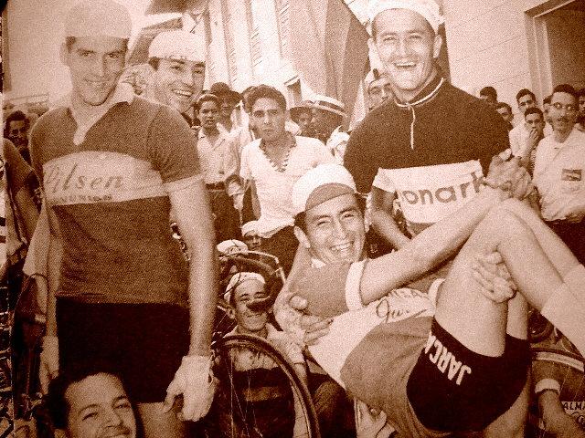"""Ramón Hoyos carga a Rubén Darío Gómez durante la Triple a Urrao. En el extremo izquierdo está Hernán Medina Calderón, """"el Príncipe estudiante""""."""
