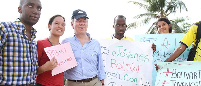Jóvenes de Cartagena muestran su apoyo a la paz del país al Presidente Juan Manuel Santos, quien sancionó la muy importante Ley Bicentenario del sitio de la ciudad.