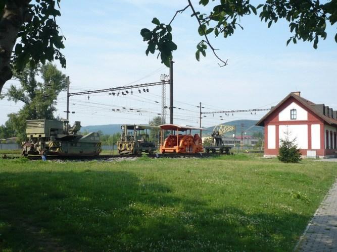 Malá expozícia traťových strojov, kde by mal byť v budúcnosti vhodne umiestnený aj koľajovýpluh KP 1