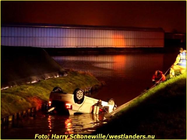 Auto op zijn kop te water aan de Haakweg032-BorderMaker