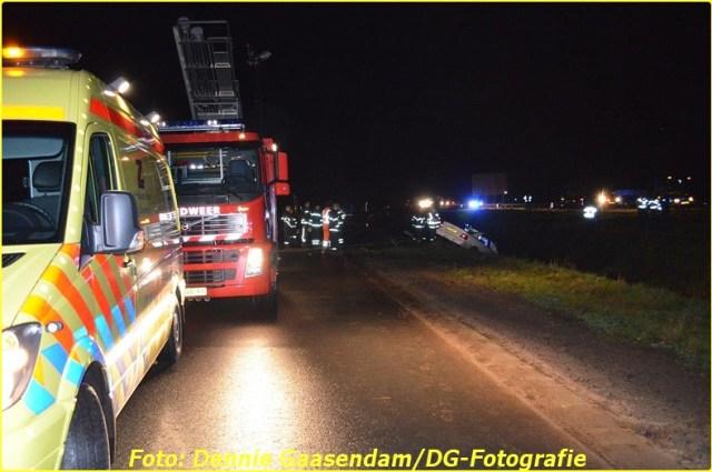 2014 11 24 auto te water op de n33 bij wildervank (1)-BorderMaker