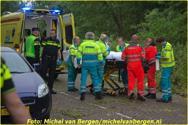 Haarlem – Een motorrijder is zaterdagavond zeer ernstig gewond geraakt bij een verkeersongeval in Haarlem. De man reed rond zeven uur over de Van Leeuwenhoekstraat toen hij met zijn motor de berm inreed en hard tegen een lantaarnpaal botste. Na de klap gleed de motor nog meters door om uiteindelijk tegen een geparkeerde auto tot stilstand te komen. Diverse hulpdiensten, waaronder het traumateam uit Amsterdam, zijn opgeroepen om assistentie te verlenen. Het slachtoffer is na de nodige zorg ter plaatse naar het VU ziekenhuis in Amsterdam overgebracht. Een vriend van het slachtoffer, die naast hem reed en het zag gebeuren, is met de politie mee naar het bureau gegaan omdat hij mogelijk teveel had gedronken. De verkeersongevallenanalyse (VOA) van de politie heeft een onderzoek ingesteld om de exacte toedracht van het ongeval te achterhalen.