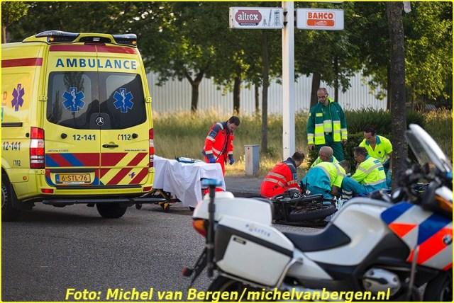 Haarlem - Een motorrijder is woensdagochtend zeer ernstig gewond geraakt bij een verkeersongeval in de Haarlemse Waarderpolder. De man reed rond kwart voor zeven over de A. Hofmanweg richting de Oudeweg toen hij hard moest remmen voor een auto die vanaf de andere kant de weg overstak richting een bouwwinkel. De man kwam ten val en ramde de auto. Omstanders boden direct eerste hulp in afwachting op de hulpdiensten. Naast de politie en ambulance werd ook het traumateam uit Amsterdam ingeschakeld om hulp te bieden. Het slachtoffer moest langdurig worden gereanimeerd door ambulancepersoneel. Het slachtoffer is na zo'n drie kwartier met spoed, onder politiebegeleiding, naar het ziekenhuis overgebracht. De verkeersongevallenanalyse (VOA) van de politie is een onderzoek gestart naar de exacte toedracht van het ongeval. De A Hofmanweg is hierdoor lange tijd gesloten voor het verkeer.