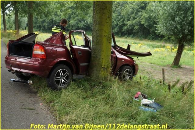 Een automobilist is dinsdagmiddag hard op een boom gebotst op De Gemeint in Vlijmen. De brandweer moest het slachtoffer uit de auto bevrijden. Er kwamen drie ambulances ter plaatse en in een weiland naast de weg landde een traumahelikopter. Over de oorzaak van het ongeval is nog niets bekend. Het slachtoffer is per ambulance naar het ziekenhuis gebracht. De arts die met de helikopter meekwam, is met de ambulance meegegaan. Hoe ernstig de verwondingen van de automobilist zijn, is nog niet bekend. Het ongeval gebeurde ter hoogte van het Engelermeer. De politie zette de weg tijdelijk in beide richtingen af.