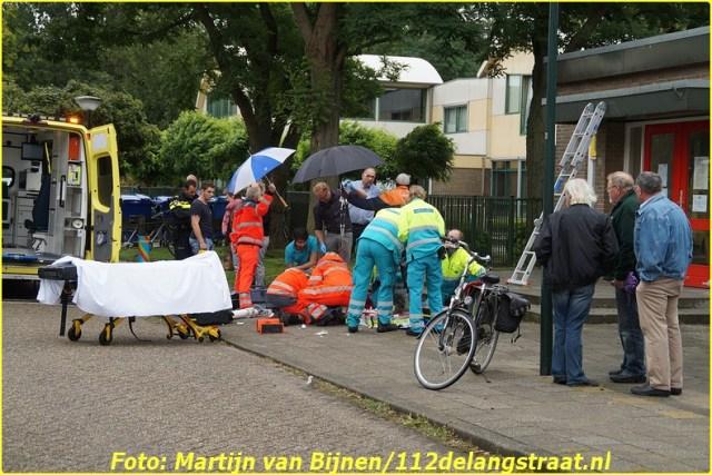 Een man is vrijdagmiddag rond half drie van het dak van een gymzaal gevallen aan de Tulpstraat in Wijk en Aalburg. De man zou zwaargewond zijn geraakt. Omstanders troffen de man op straat aan en schakelden de hulpdiensten in. Een trauma-arts reed met de ambulance mee naar het ziekenhuis. De man werkte vermoedelijk bij de gemeente.