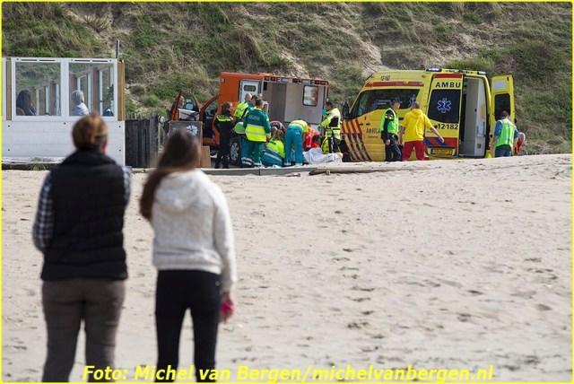 Zandvoort – De hulpdiensten zijn zondagmiddag massaal in actie gekomen nadat een man overboord was geslagen van een catamaran. Rond half twee werd er een grote zoekactie op touw gezet waarbij ondermeer de KNRM en de Reddingsbrigade aan deelnamen. Toen het slachtoffer uiteindelijk was gevonden is deze naar het strand gebracht. Terwijl het slachtoffer werd gereanimeerd werd rond tien over twee ook het traumateam erbij gehaald. Tijdens de hulpverlening kwam ook burgemeester Niek Meijer van Zandvoort naar het strand om zich te laten informeren over de situatie. Na een langdurige reanimatie is het slachtoffer naar een ambulance overgebracht waarna hij met spoed naar het ziekenhuis is overgebracht voor verdere behandeling. De toestand van het slachtoffer is kritiek.  Volgens onbevestigde berichten zou het slachtoffer een instructeur zijn.