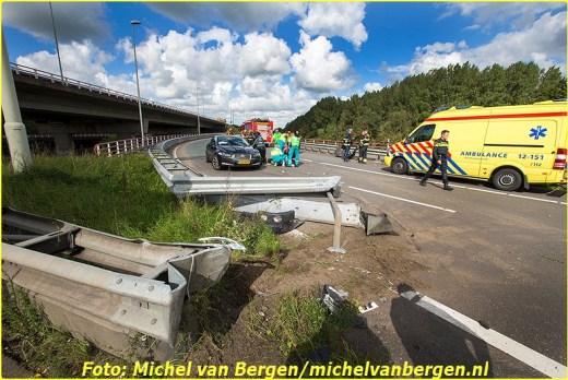 Haarlemmerliede – Bij een zwaar verkeersongeval op het Rottepolderplein is vrijdagmiddag een man gewond geraakt. Rond kwart voor twee ging het mis bij de oprit van de A9 richting Alkmaar. Volgens getuigen schoot de automobilist ineens voor de vrachtwagen. De personenwagen kwam toen hard in botsing met de punt van de vangrail waarna hij achterste voren een paar meter verderop tot stilstand kwam. Diverse hulpdiensten, waaronder een traumateam, kwamen ter plaatse om assistentie te verlenen. Het slachtoffer is met de assistentie van de brandweer uit zijn voertuig gehaald. Na de nodige zorg ter plaatse is hij met spoed naar het ziekenhuis overgebracht voor verdere behandeling.  De oprit van de A9 richting Alkmaar is door het ongeval lange tijd afgesloten voor het verkeer. Tijdens het onderzoek van de verkeersongevallenanalyse (VOA) kon ook het verkeer vanuit Amsterdam geen gebruik maken van de rotonde richting Haarlem en moest omrijden via Halfweg.