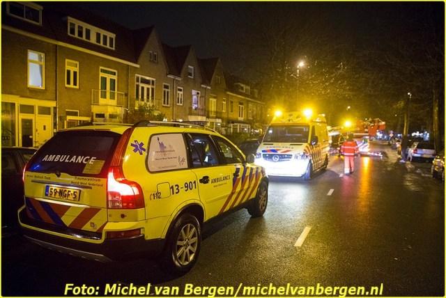 Haarlem – De hulpdiensten zijn woensdagavond groots uitgerukt voor een medische noodsituatie in Haarlem. Rond half twaalf werden twee ambulances, politie en brandweer en het traumateam opgeroepen voor een incident in een woning aan de Rijksstraatweg. De brandweer heeft het slachtoffer uit de woning afgehesen waarna deze met spoed met de ambulance naar het ziekenhuis is overgebracht. De Rijksstraatweg was door het incident enige tijd afgesloten voor verkeer. Bussen van Connexxion moesten daardoor omrijden.