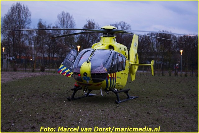 De truamhelikopter landde op een veldje vlabij het crematorium. Foto: Marcel van Dorst - MaRicMedia
