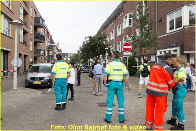 AMSTERDAM - Op vrijdagmiddag 22 juli 2016 zijn rond 12.40 uur een baby van 11 maanden oud en de vader van 32 jaar oud overleden na een sprong uit een raam van een woning in de Eendrachtstraat in Amsterdam. Omdat in de woning mogelijk een handgranaat achtergebleven was zijn woningen in de directe omgeving ontruimd en de bewoners opgevangen in de Rai en het Stadsdeelkantoor. Daarna zijn specialisten van de Explosieven Opruimgsdienst binnengegaan. In de woning van waaruit mogelijk gesprongen was werd de vermoedelijk moeder van de gesprongen en overleden man aangetroffen. Onderzoek moet uitwijzen hoe zij om het leven is gekomen. In de woning is een handgranaat aangetroffen en die is door de EOD ontmanteld en veiliggesteld. Het incident begon toen de moeder haar zoontje van 11 maanden oud wilde ophalen bij zijn oma in de Eendrachtstraat.  In de woning was haar ex, de vader van hun zoontje aanwezig. Bij binnenkomst van de vrouw draaide de vader van hun kind door en haalde hij een handgranaat tevoorschijn en trok zijn ex een kamer in. De vrouw en moeder van de baby wist de woning te ontvluchten. Direct werd de politie geïnformeerd en die direct ter plaatse ging. In een dergelijk geval wordt ook het arrestatieteam en onderhandelaars gealarmeerd.  Korte tijd later is de man met de baby uit het raam gesprongen met voor beiden fatale gevolgen. Omdat er zeer vermoedelijk een handgranaat op scherp lag in de woning moest men zeer voorzichtig de woning betreden. De moeder is opgevangen door politiemensen en overgebracht naar een politiebureau. (Bron: Politie.nl) NOVUM COPYRIGHT OLIM BAJMAT