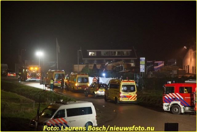 Spaarndam - Twee leden van het arrestatieteam zijn zwaargewond geraakt bij in de Inlaagpolder in Spaarndam. Explosieven die worden gebruikt bij acties zijn afgegaan. De explosieveven bevonden zich in of rond de auto. Rond kwart over zes vond de explosie plaats, vlak achter de A9. Het MMT kwam ter plaatse en de slachtoffers zijn met spoed naar het ziekenhuis gebracht. Een van hen verkeert in levensgevaar. De voorlichter van de politie kon nog niet bevestigen of het tijdens een inzet is gebeurd.