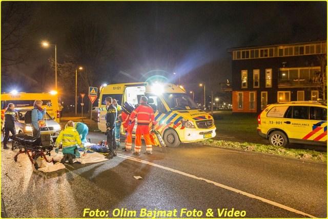 AMSTERDAM - Een voetganger is zondagavond zwaargewond geraakt bij een aanrijding op de Werktuigstraat in Amsterdam-Noord. De man werd omstreeks 23:15 uur, ter hoogte van het zebrapad bij de Meteorenweg, geschept door een auto. Naast de politie kwamen ook twee ambulances en een traumateam ter plaatse. Het slachtoffer heeft ernstig hoofdletsel opgelopen en is met spoed overgebracht naar het ziekenhuis. De automobilist zou vanaf de Meteorenweg de Werktuigstraat opgedraaid zijn en heeft de voetganger niet gezien. De politie doet onderzoek naar de exacte toedracht tot het ongeval. COPYRIGHT OLIM BAJMAT