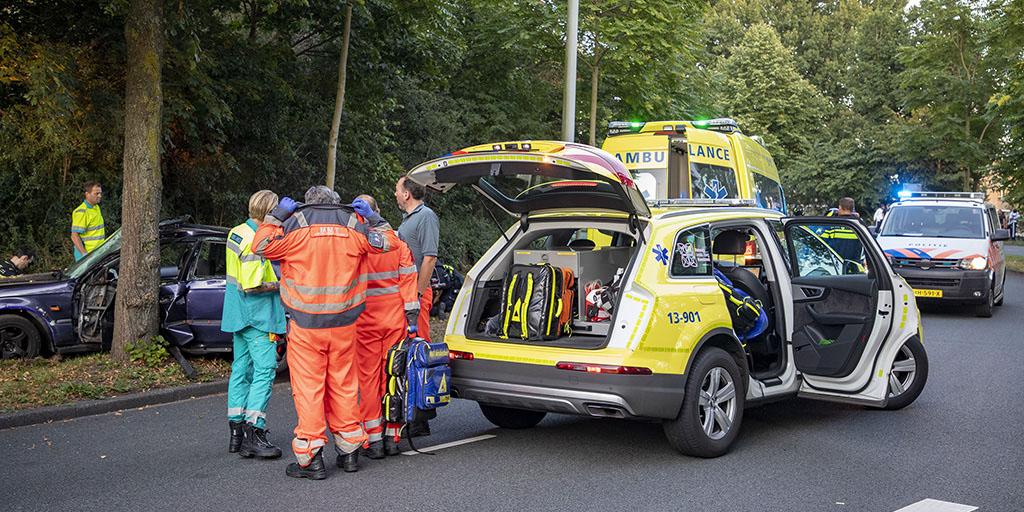 Auto knalt op boom op de Meerkerkdreef in Amsterdam