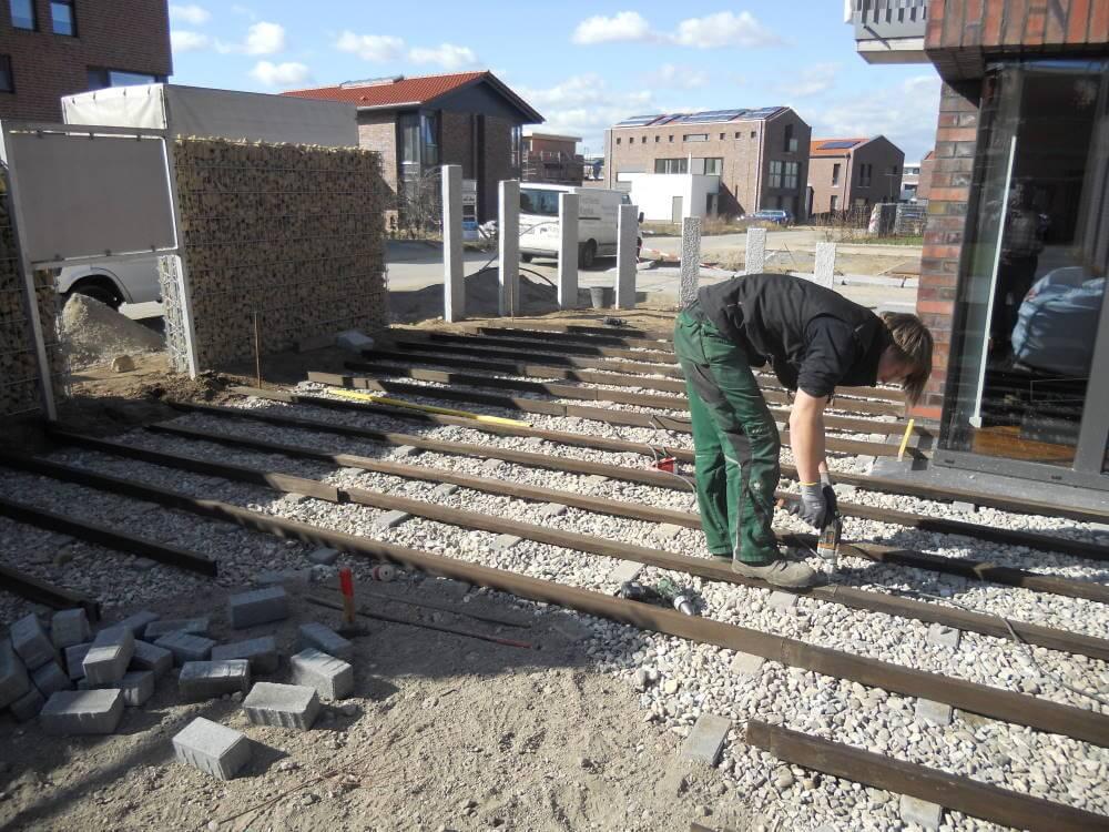 Der Baue einer Terrasse aus Bambusholz