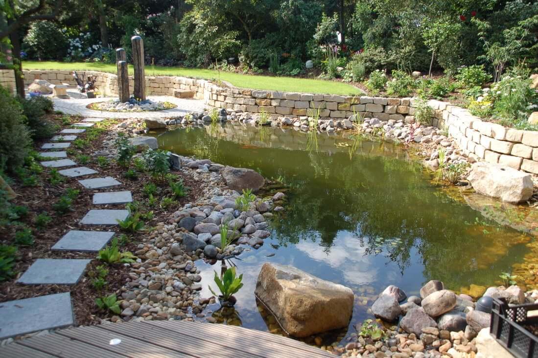 Blick in den Garten vom Sitzplatz des romantischen Gartens