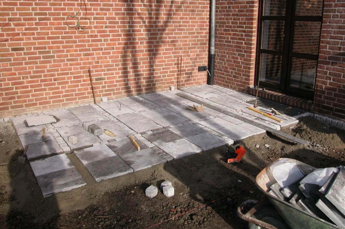 Terrasse aus Kalksteinplatten und Granitpflaster