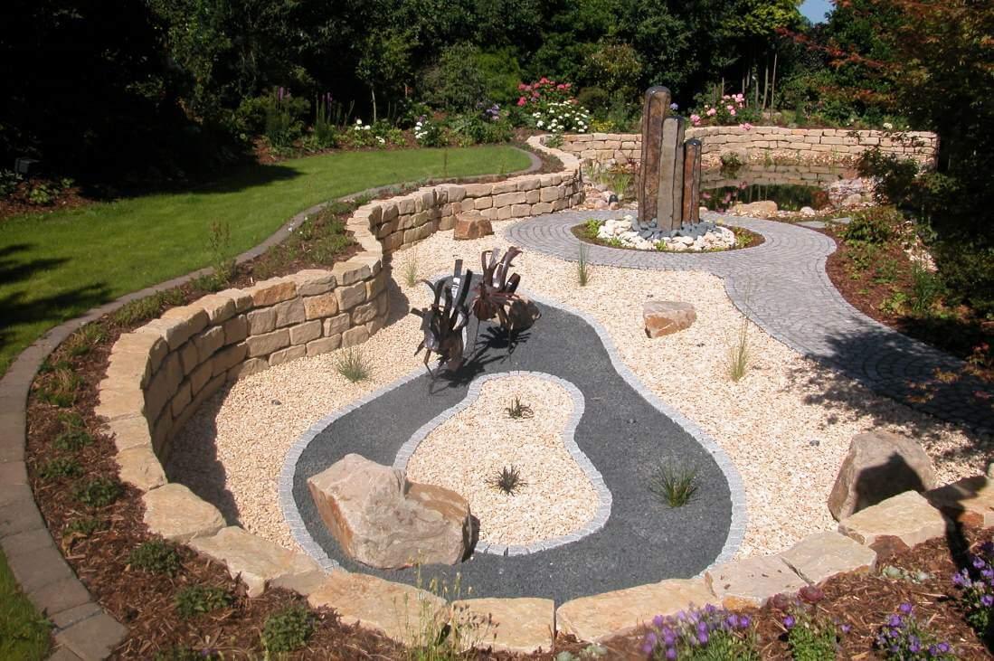 Der romantischer Garten. Statt Sachlichkeit verwinkelte Pfade, grün bewachsene Mauervorsprünge und Sitzplätze, die man erst suchen muss