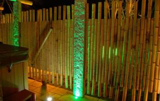 Granitpalisaden als Pfosten für Bambuszaun beleuchtet