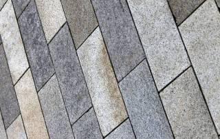 10 cm starke Granitplatten für eine Garagenzufahrt