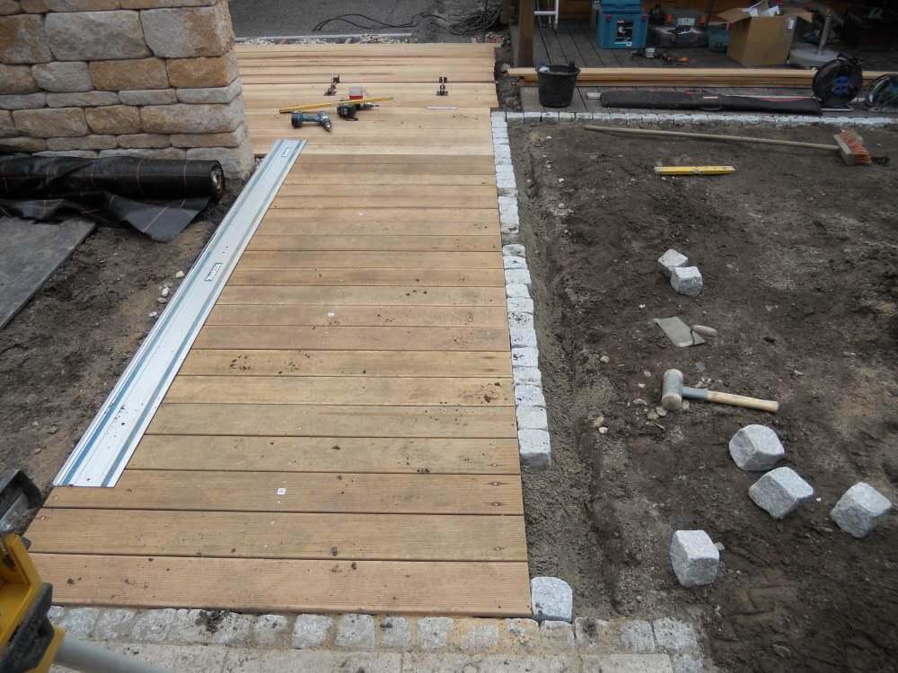 Holzsteeg Garten mit Granit