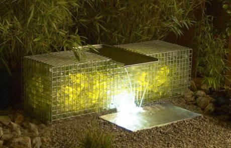 Leuchtgabionen und Wasser