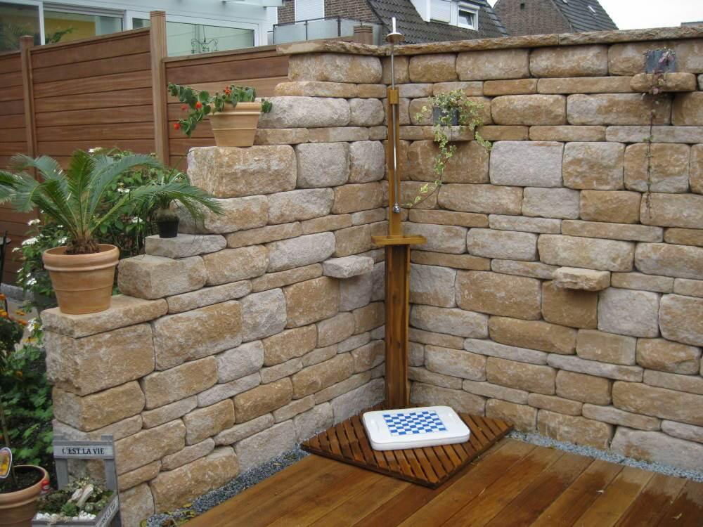 Gartenmauer im mediterranen Stil